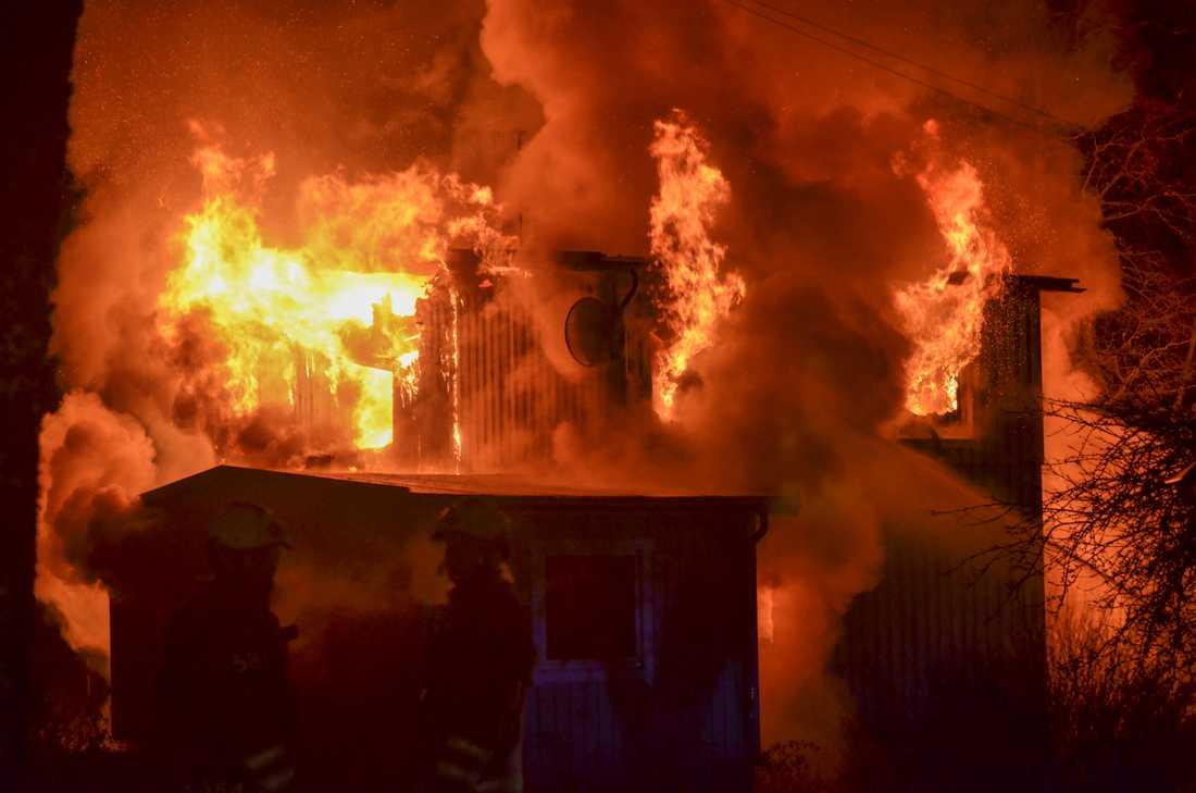 Våldsam villabrand utanför Sätila.