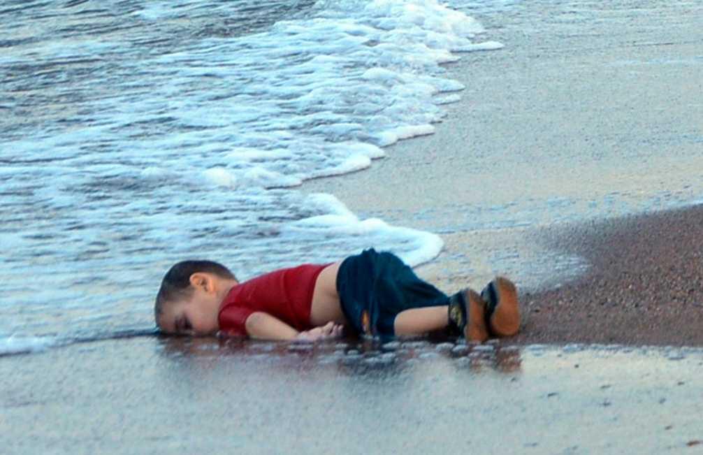 Alan Kurdi, 3, hittas död.