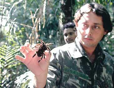 Guiden Alain da Silva Oliviera visar upp en spindel.