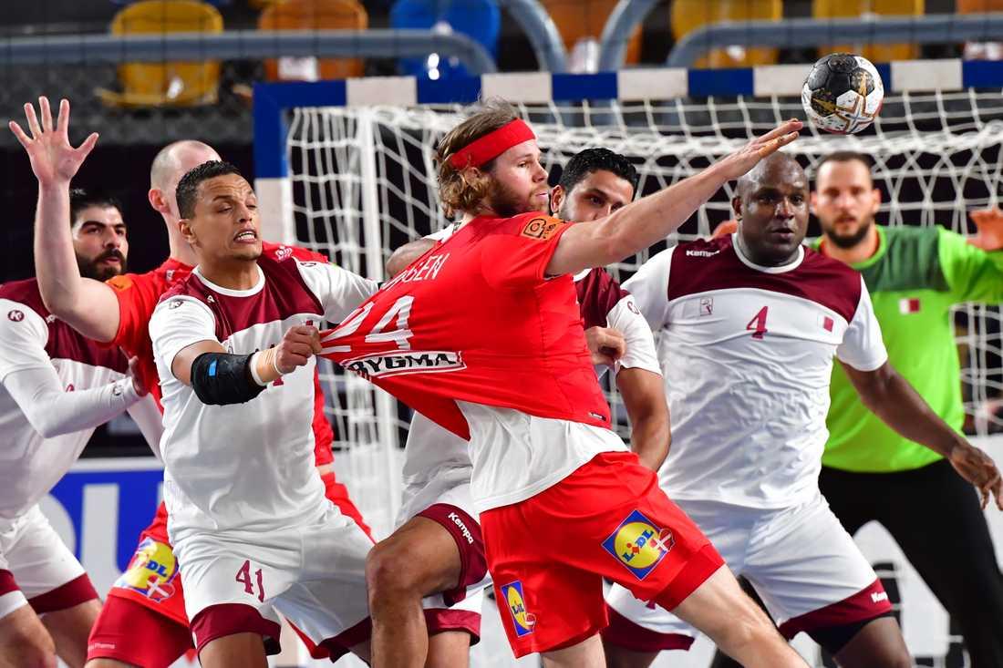 Yossef Ali försöker stoppa Danmarks Mikkel Hansen i VM-mötet som danskarna vann stort.