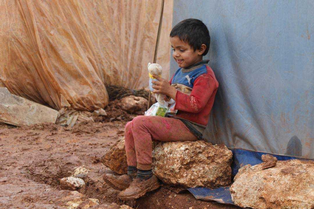 Ahmad Omar, 5 år, som är på flykt från Maara har fått en egen nallebjörn med halsduk stickad av Sollentunabon Bitte Olsson.