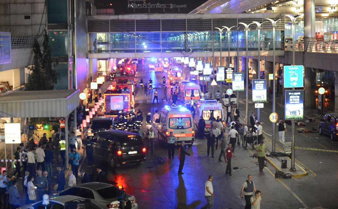 Självmordsbombarna utlöste bland annat bombälten innanför entrén till flygplatsen.