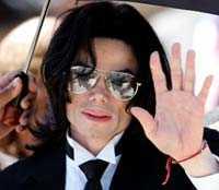 Michael Jackson lämnar rätten efter den friande domen.