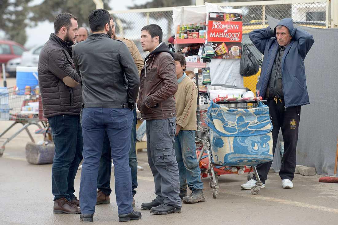 Civilklädd polis förhör en ung man som frågat en taxichaufför hur han tar sig till IS självutropade huvudstad Raqqa. Taxichauffören larmar polis.