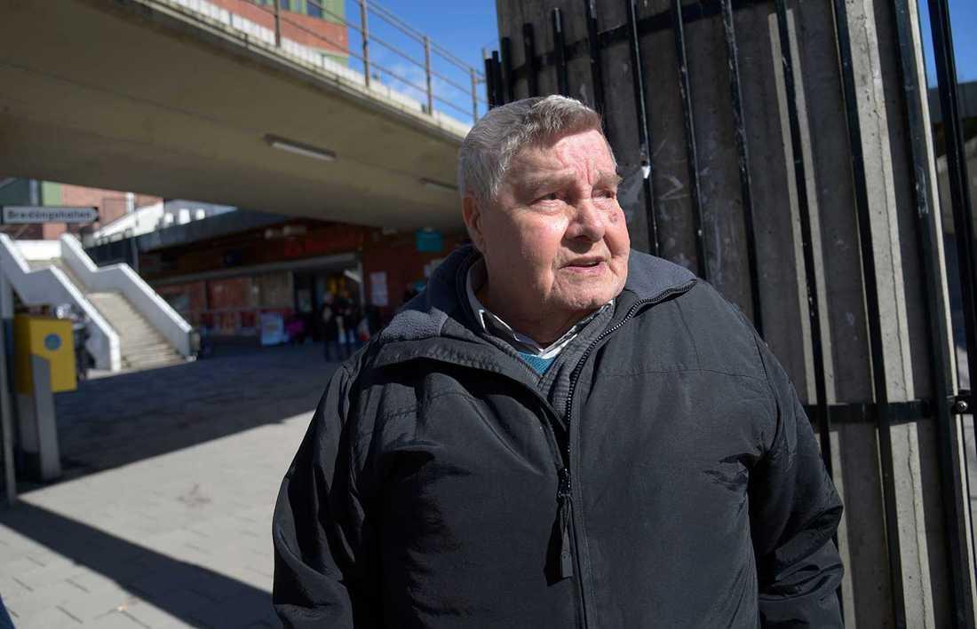 """""""Det är ganska dålig stämning, det är inte så mycket svenskar här"""", säger 81-årige Stig Svensson om Bredäng."""