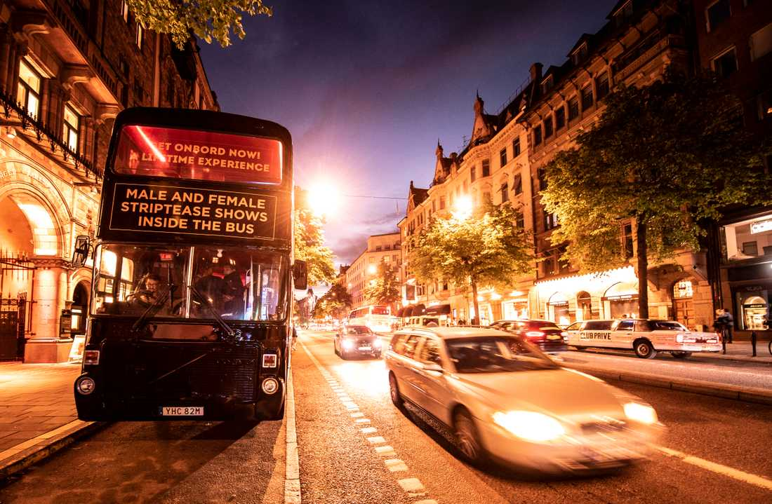 "Strippbussen ""Crazy candy"" på Birger Jarlsgatan, som passerar Stureplan, i centrala Stockholm."