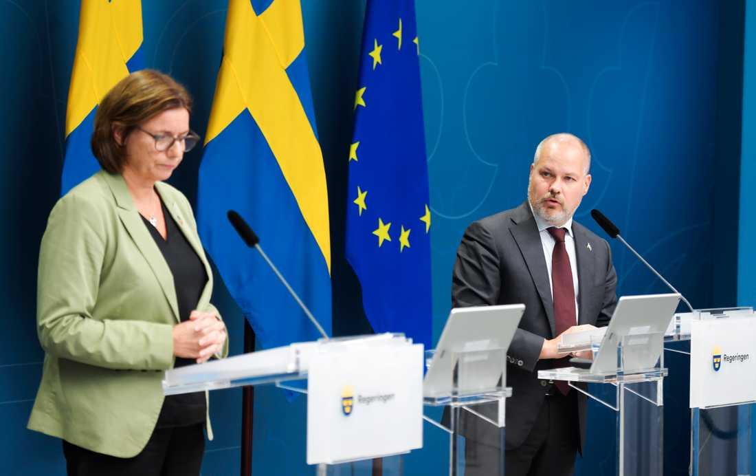 Vice statsminister Isabella Lövin (MP) och migrationsminister Morgan Johansson (S) när de i oktober bland annat presenterade de nya reglerna för ensamkommande. Arkivbild.