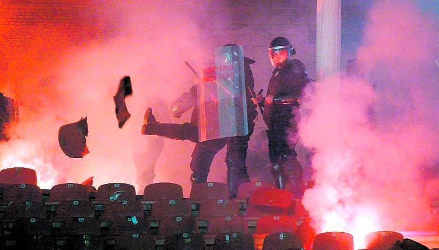 Polis och fans drabbade samman i våldsamma kravaller.