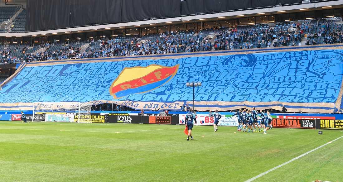 Overhead-flaggor som denna förbjöds under Gif Sundsvalls hemmamatcher. Nu backar polisen.