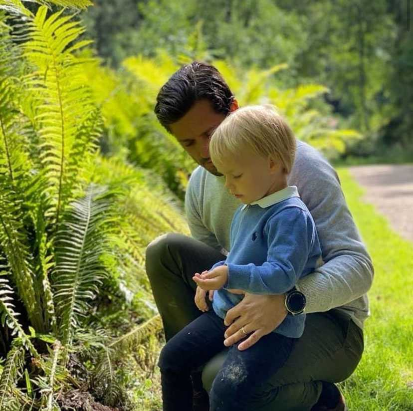 Prins Gabriel i pappa prins Carl Philips famn under besöket i Säterdalens naturreservat.