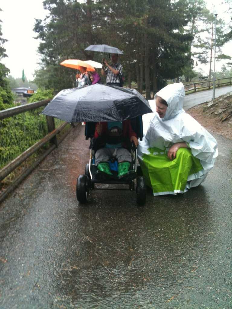 VÄRSTA VÄDRET  Mats Isaksson tog bilden på sin sambo Evelina Fäldt och sonen Julius under en regnig utflykt på Kolmården.