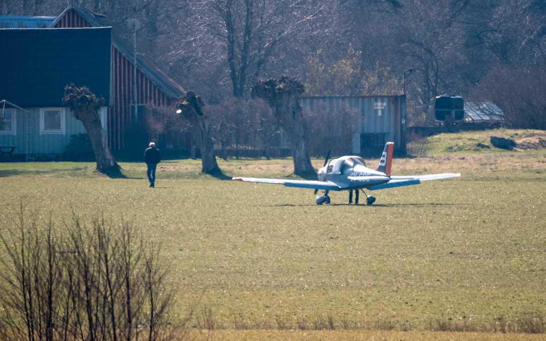 Ett enmotorigt flygplan från flygskolan i Ljungbyhed tvingades nödlanda i terrängen nära Billesholm utanför Helsingborg.