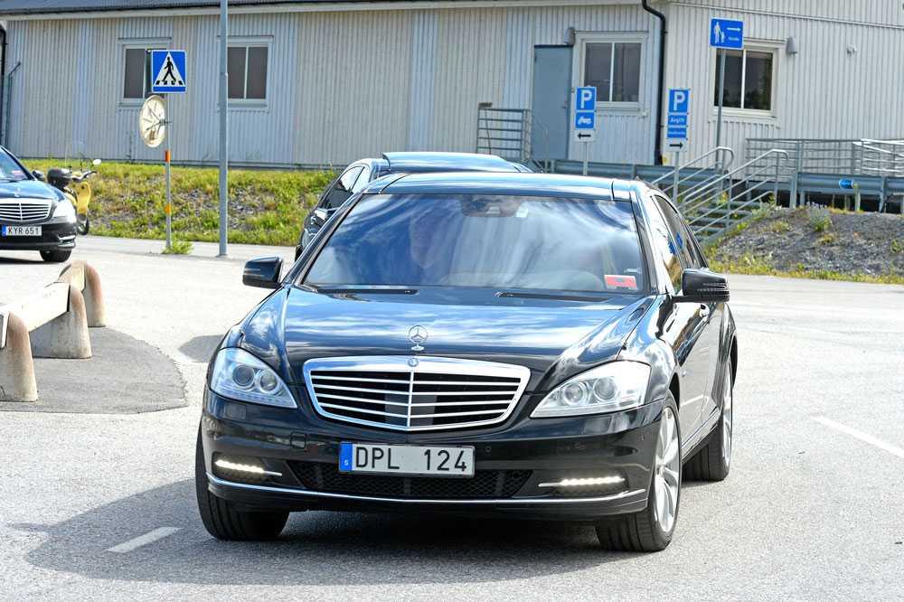 Stjärnan skjutsades sedan från Bromma flygplats i en exklusiv Mercedes.
