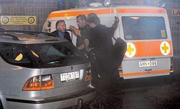 MAKEN KOMMER TILL SJUKHUSET Anna Lindhs man Bo Holmberg kom till Karolinska sjukhuset klockan 20.30. Eskorterad av tre polismän kördes han rakt in till akutintaget.