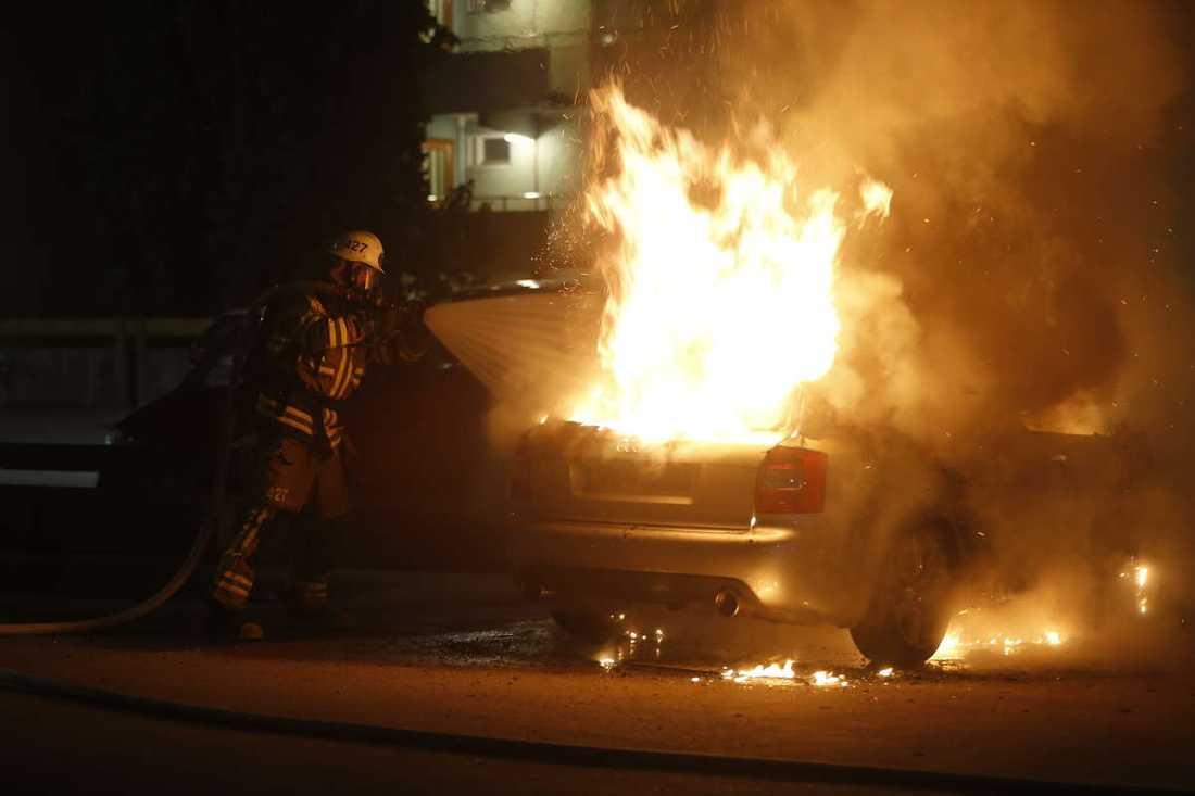 Brinnande bil i Husby