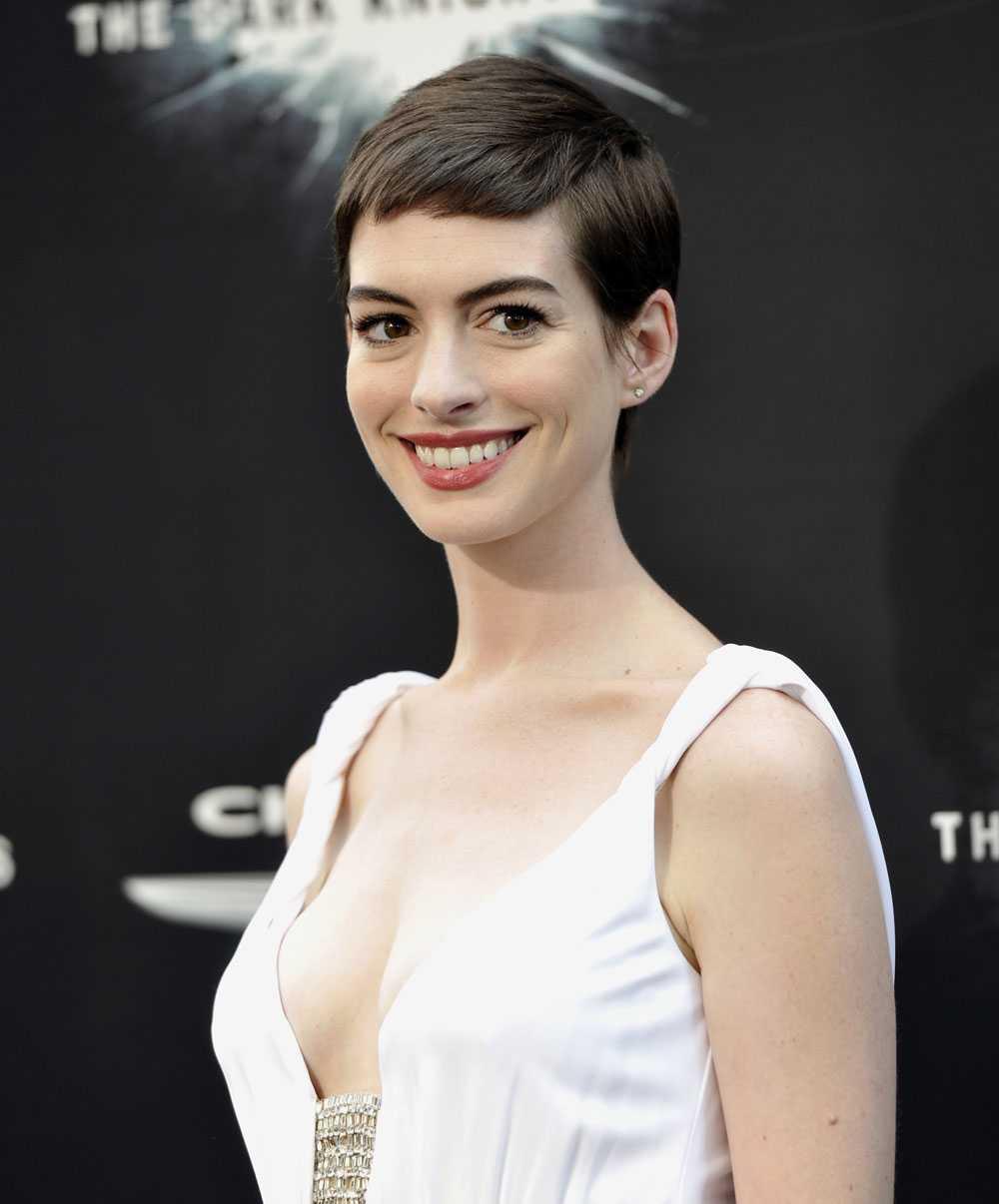 Nu talar Anne Hathaway ut om den stora förändringen. –Jag tittade mig i spegeln och såg min homosexuelle bror, säger hon till Vogue.