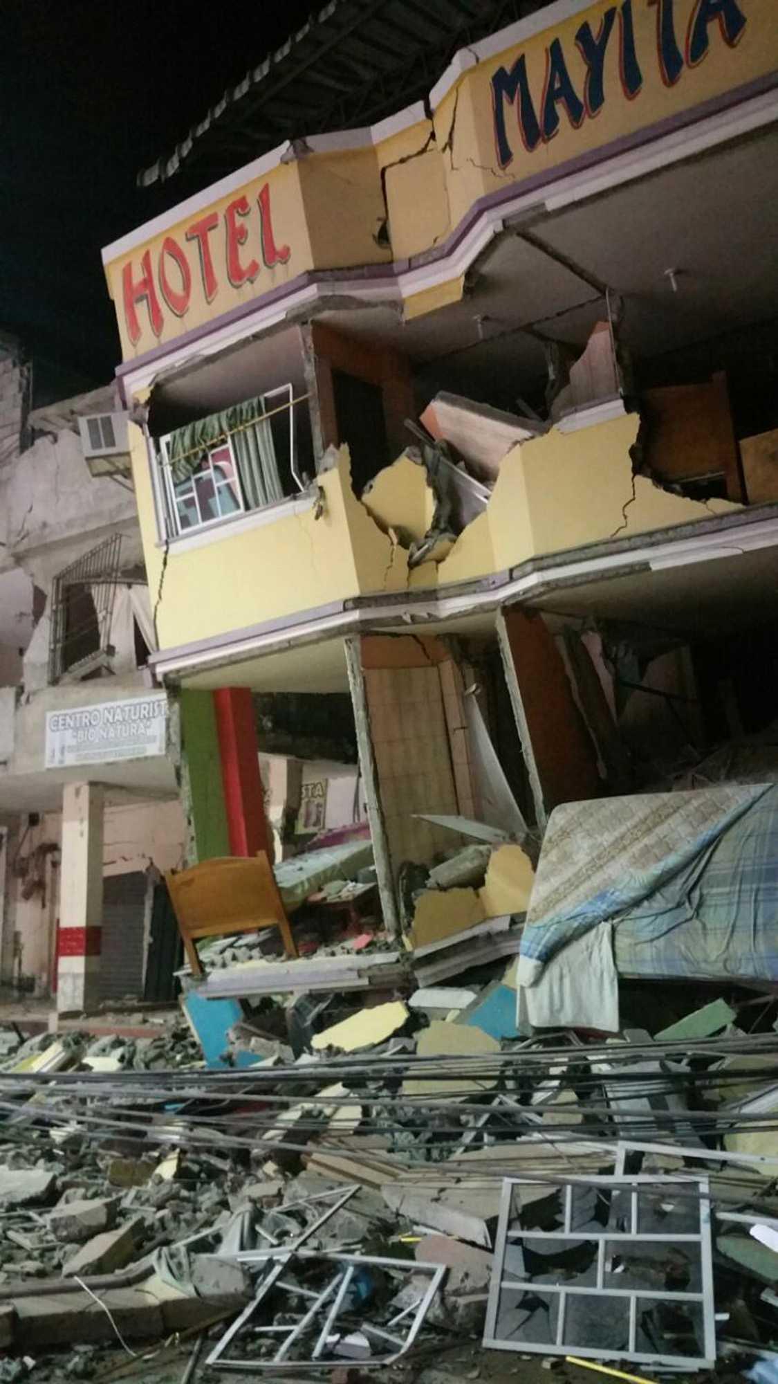 Ett hotell har nästan helt rasat ihop i Manta, Ecuador.