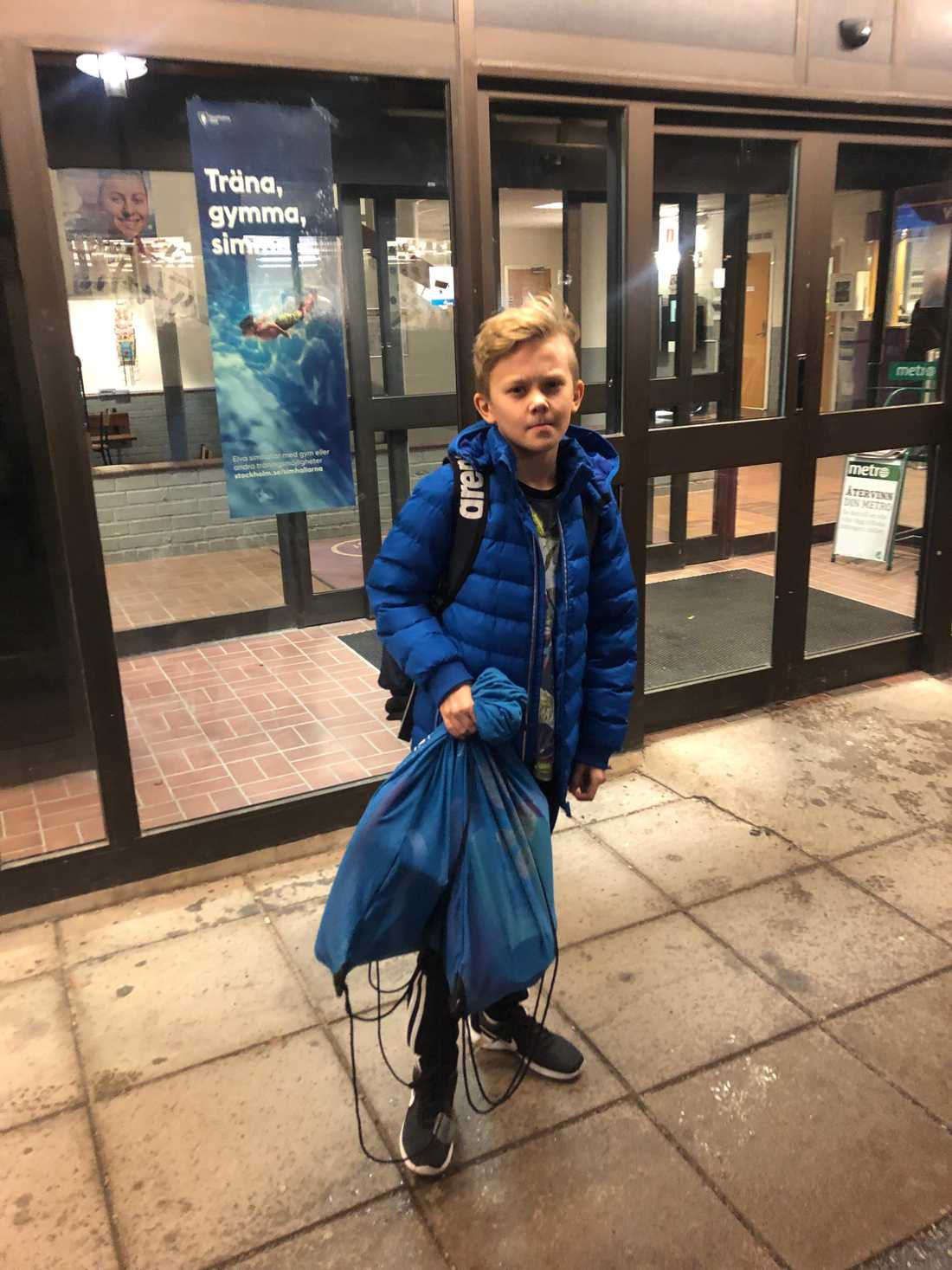 Roy Hjort-Mowtiz utan för Vällingby simhall. Barnen i familjen Hjort-Mowitz tvingas träna i tre olika simhallar runt om i Stockholm – trots att de tillhör samma förening.