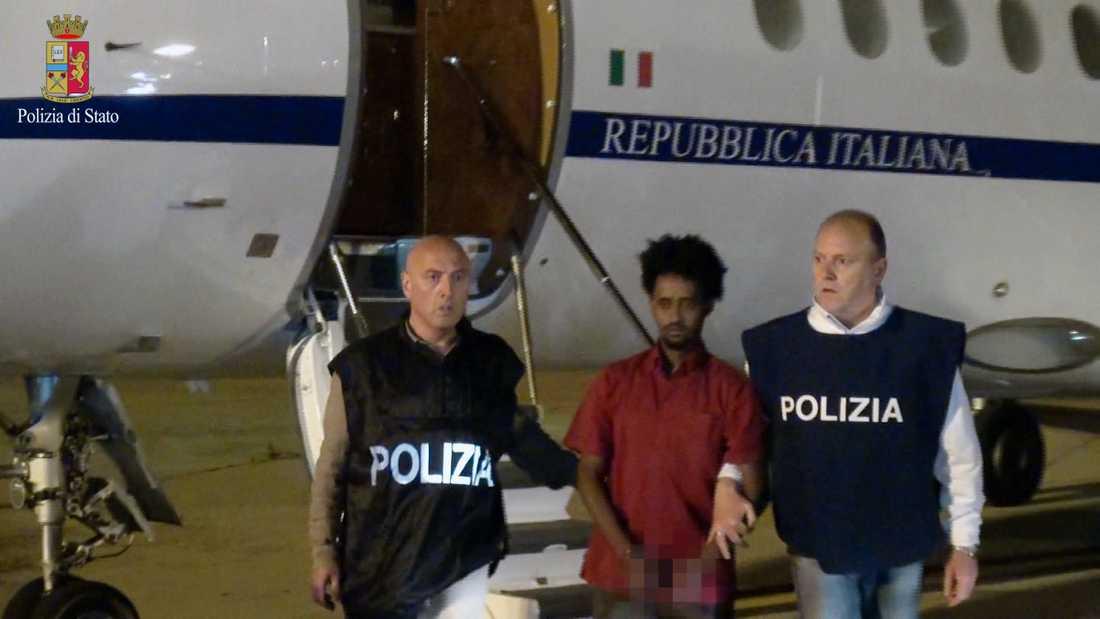 """En bild från den italienska polisen den 8 juni 2016 som sägs visa Mered """"Generalen"""" Medhanie på en flygplats i Palermo, Italien."""