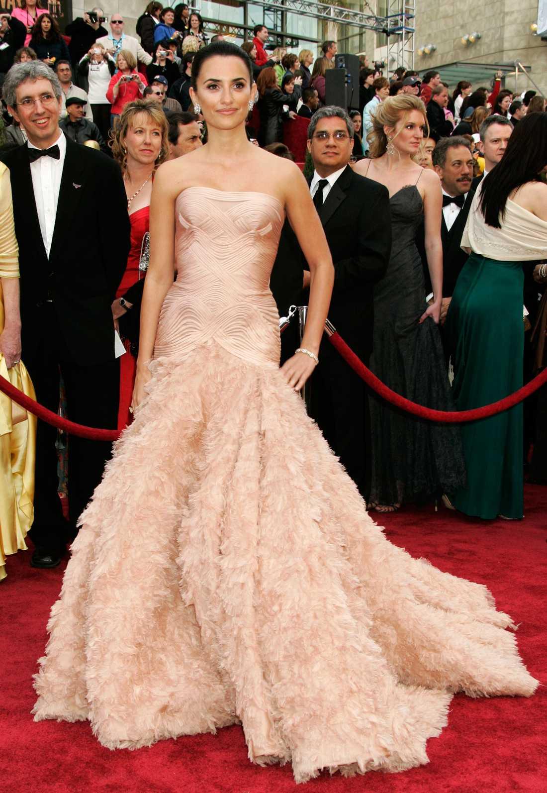 """Penelope Cruz 2007 VS Amy Adams 2013 """"Få saker är så delikat som fjädrar. Cruz och Adams har burit i stort sett identiska klänningar och det fajtas fortfarande om vilken klänning som var bäst. Är det den cremefärgade Versace eller den ljusblå Oscar de la Renta som tar hem segern? Oavsett så är den här modellen en riktig Oscarsdröm!! Snacka om Hollywood-glamour på hög nivå. Frågan är bara hur det var att sitta ner i fem timmar med alla dessa fjädrar?"""""""