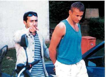 greps nära belgien Här grips Karadjordje Derikonja, 23, av fransk polis. Enligt polisen var det han som gav Lars Westerberg instruktioner via mobiltelefon när lösesumman överlämnades utanför Paris. Själv säger han att han bara skulle hjälpa en vän.
