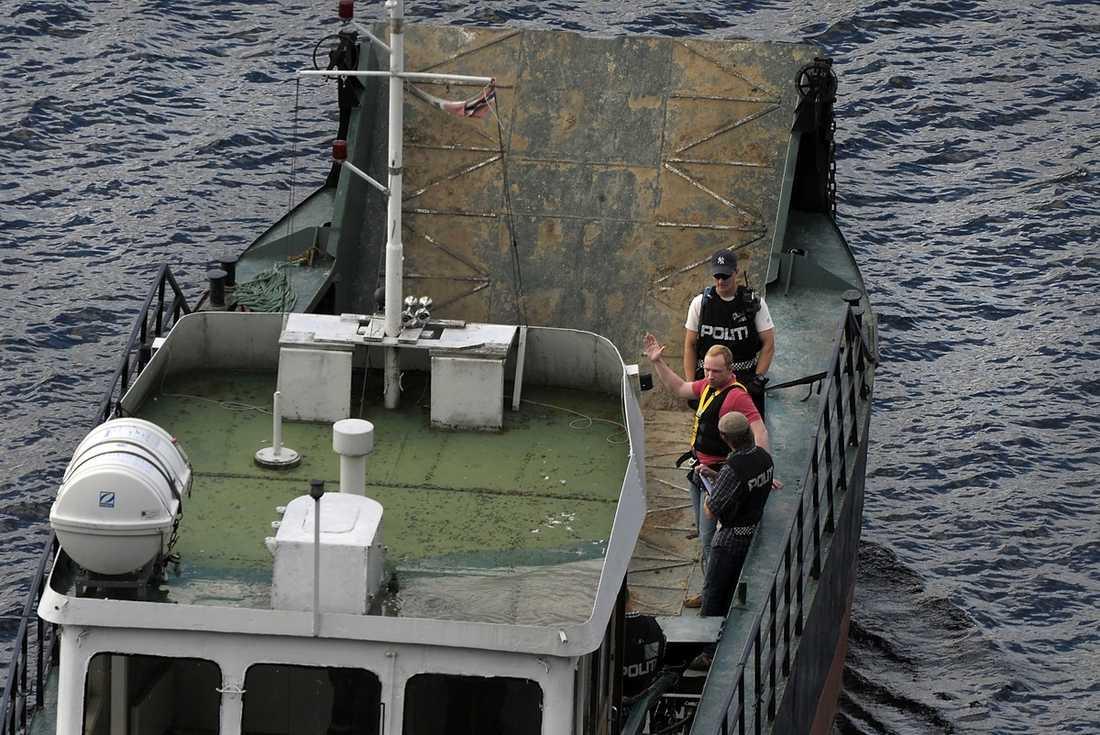PÅ VÄG TILLBAKA  Behring Breivik förklarade i går med stora gester hur han bar sig åt för att komma till Utøya för polisens förundersökningsledare. Han åkte till ön med färjan som han reste med den 22 juli.