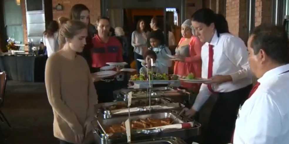 Hemlösa Sacramentobor bjöds på festmåltid.