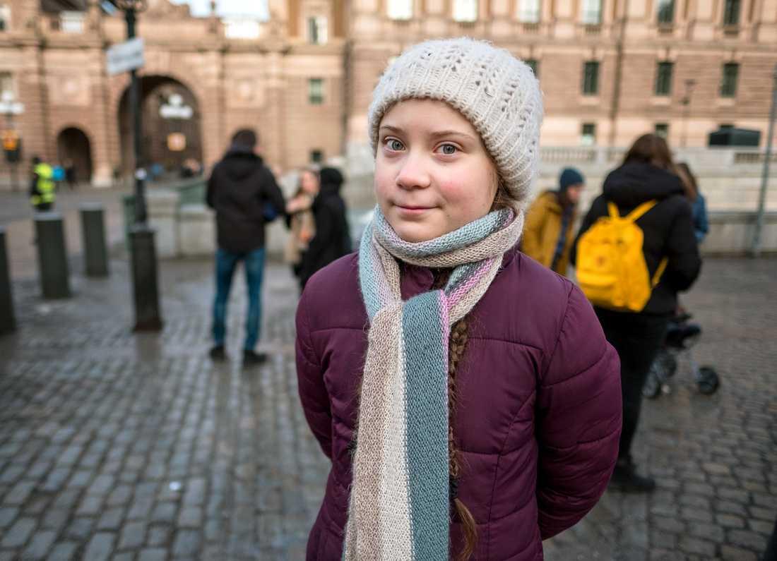 15-åriga Greta Thunberg satte sig ensam med en skylt utanför Sveriges riksdag – ett halvår senare skolstrejkar tusentals ungdomar världen över för klimatet.