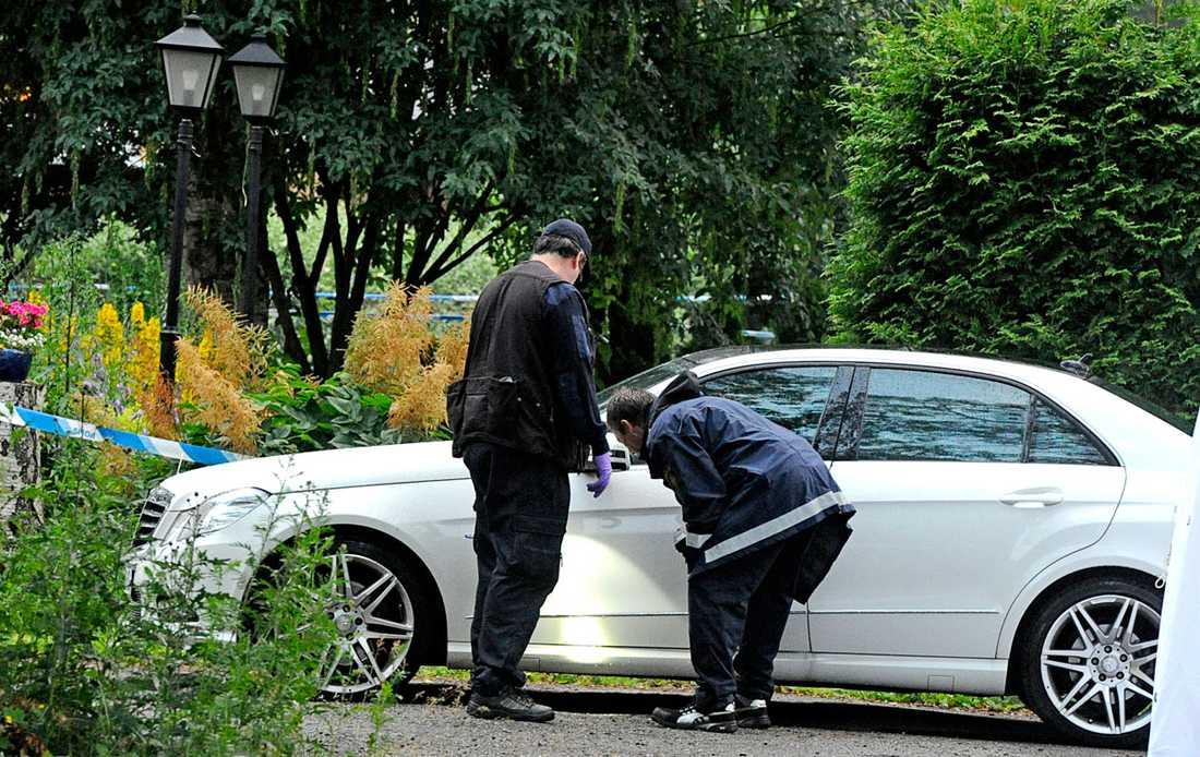 Polisens undersöker vad som kan vara offrets bil.