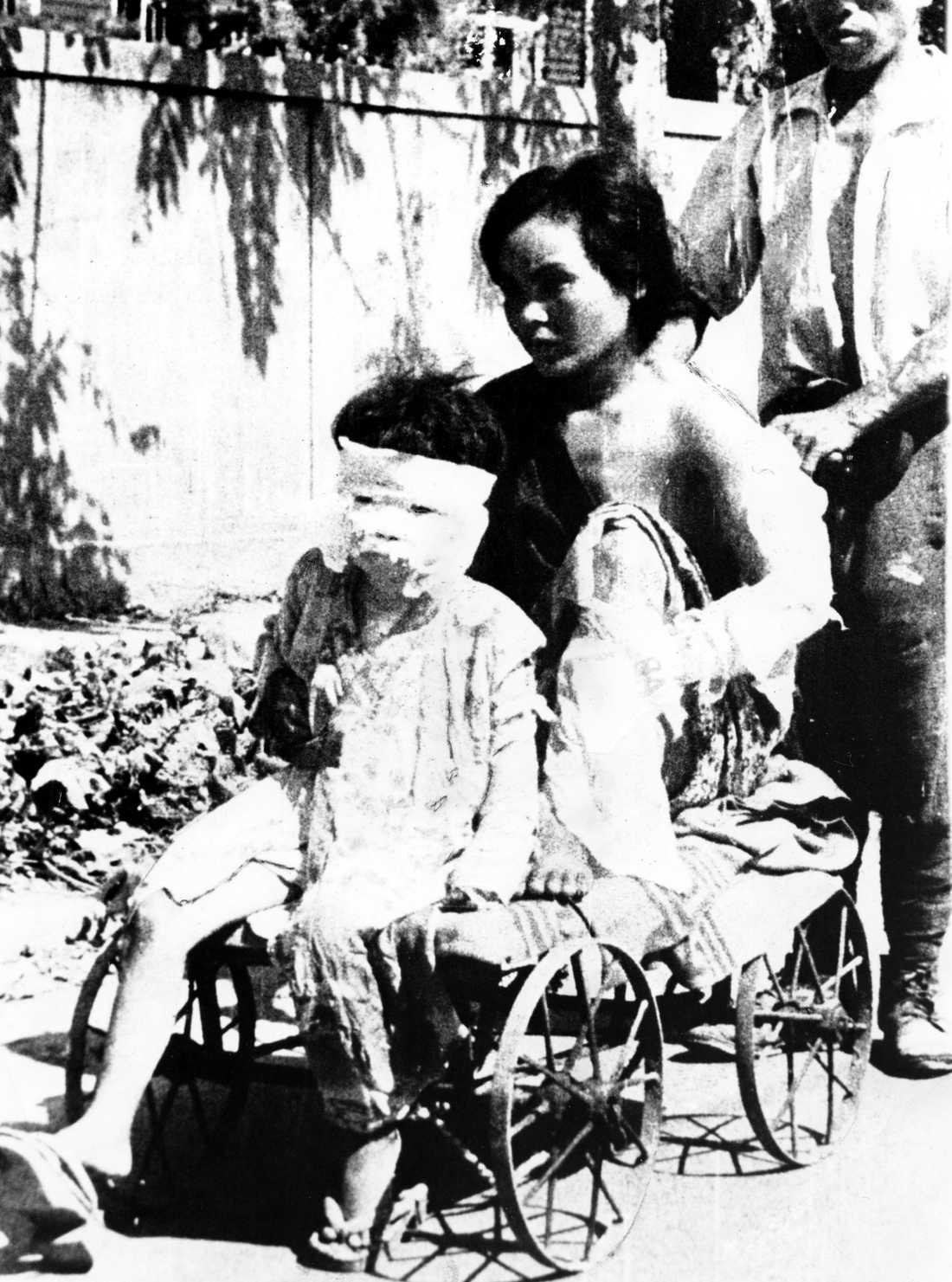 Sex dagar senare En mor och dotter som skadades lämnar sjukhuset den 12 augusti 1945.