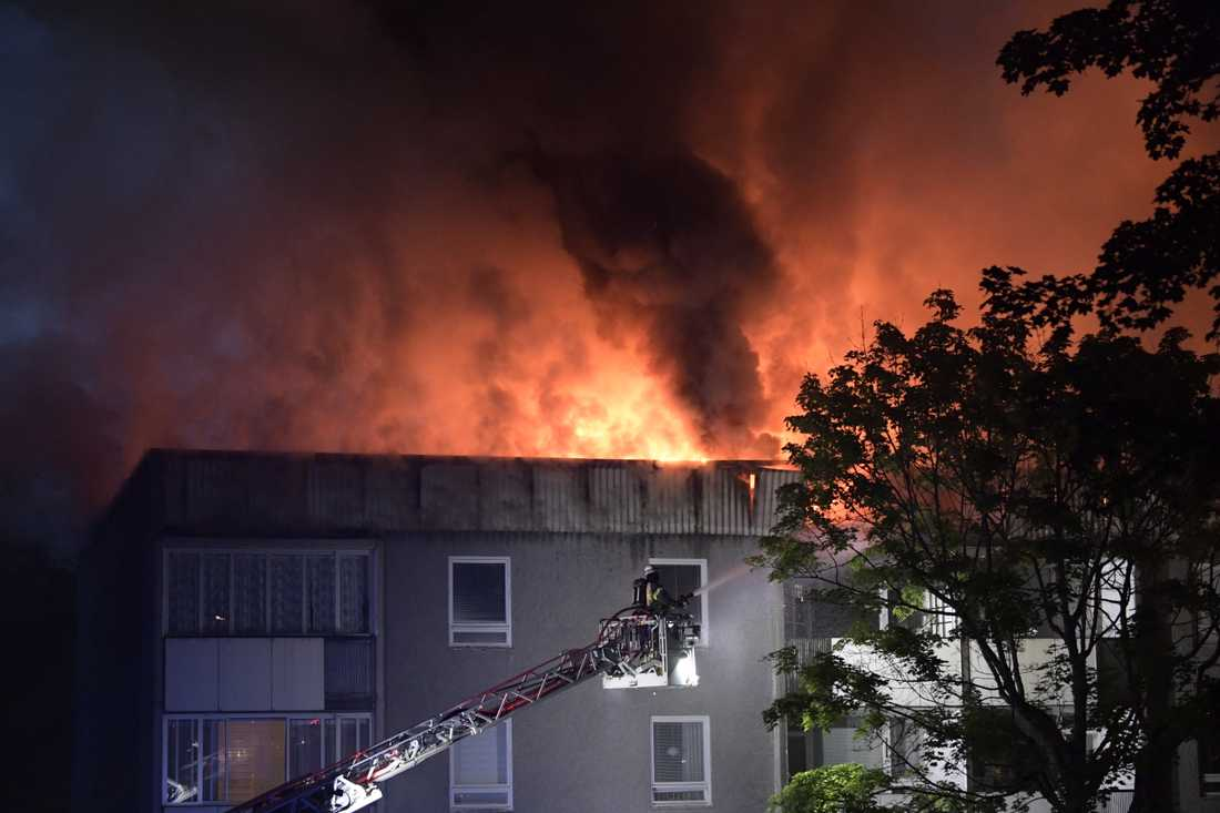 Det brann i ett flerfamiljshus i Vällingby på lördagskvällen. Röken syntes över stora delar av Västerort.