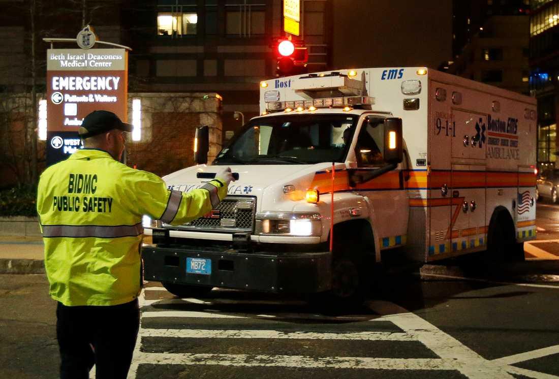 Dzjochar Tsarnajev, 19, greps efter ett enormt sökpådrag. Här förs han till sjukhus i ambulans.