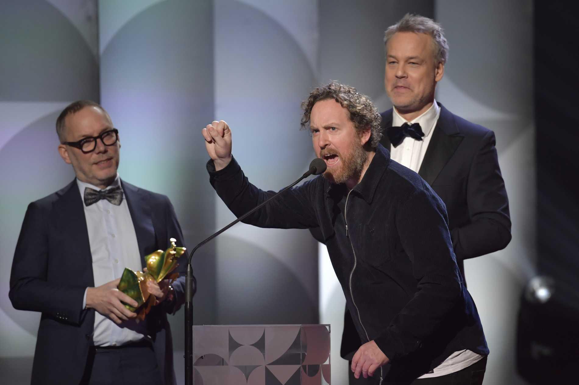 """Tomas Michaelsson, Uje Brandelius och Henrik Schyffert vinner bästa film för """"Spring Uje spring"""" under Guldbaggegalan 2021."""