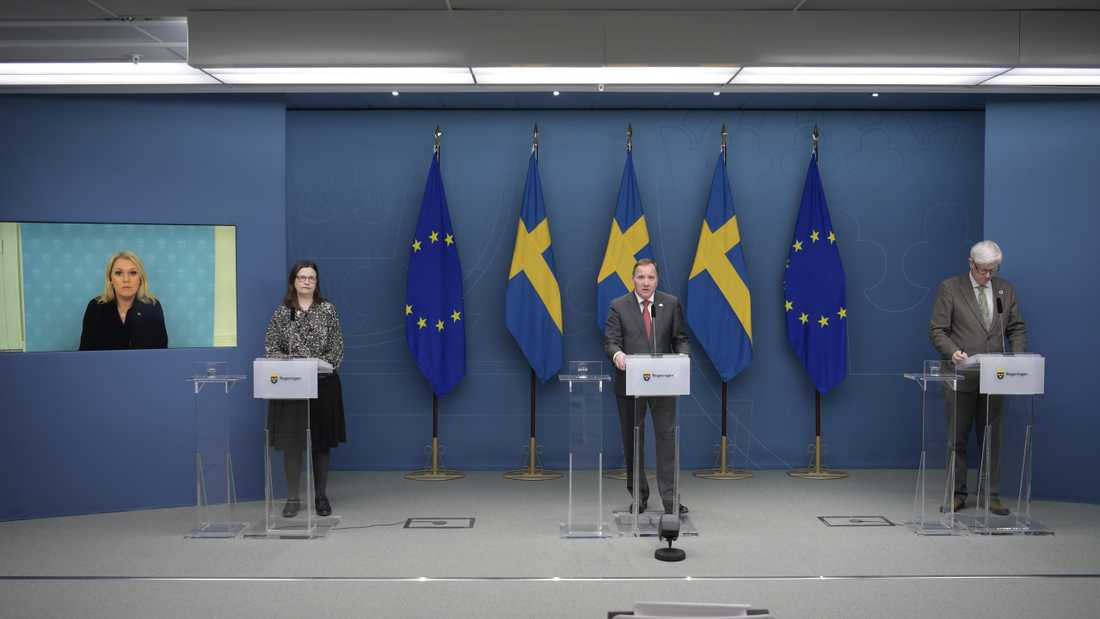 Socialminister Lena Hallengren (S), utbildningsminister Anna Ekström (S), statsminister Stefan Löfven (S) och Folkhälsomyndighetens generaldirektör Johan Carlson (S) en digital pressträff.