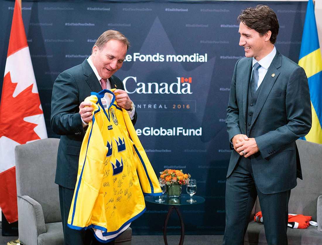 Förutom två Kånken-ryggsäckar fick Kanadas premiärminister en hockeytröja av Löfven när de möttes i september förra året.