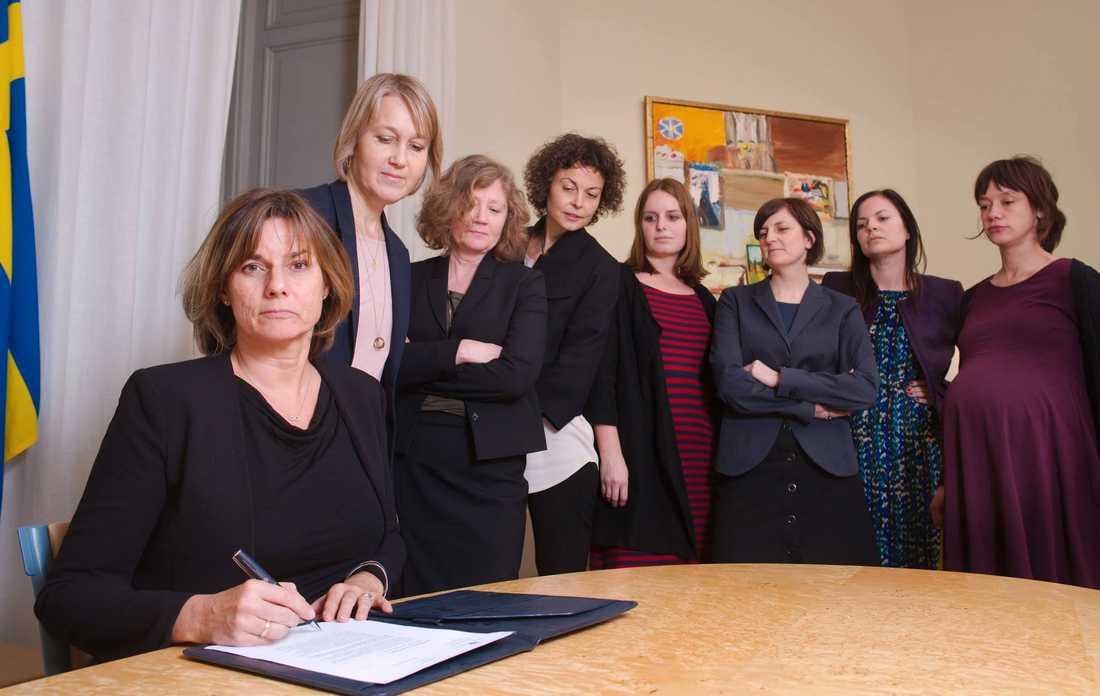 Isabella Lövin omgiven av kvinnliga medarbetare.