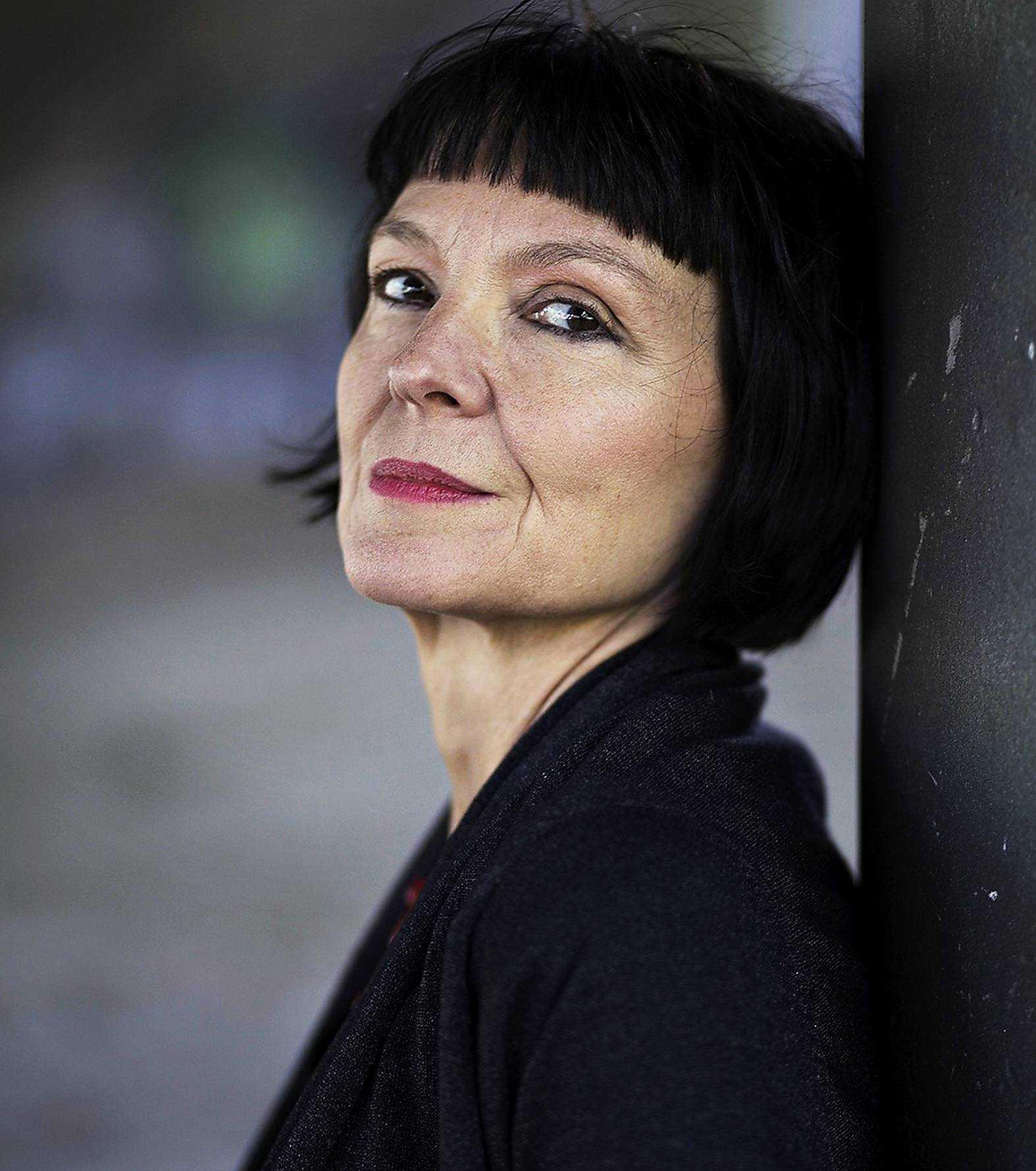 Siktar högt.Anneli Jordahl (född 1960) är författare och litteraturkritiker. Nya romanen om det unga hembiträdet i ett gammalmodigt Sverige fångar tidsandan som en smäck - men når inte så långt som den siktar, menar Sven Olov Karlsson.Foto