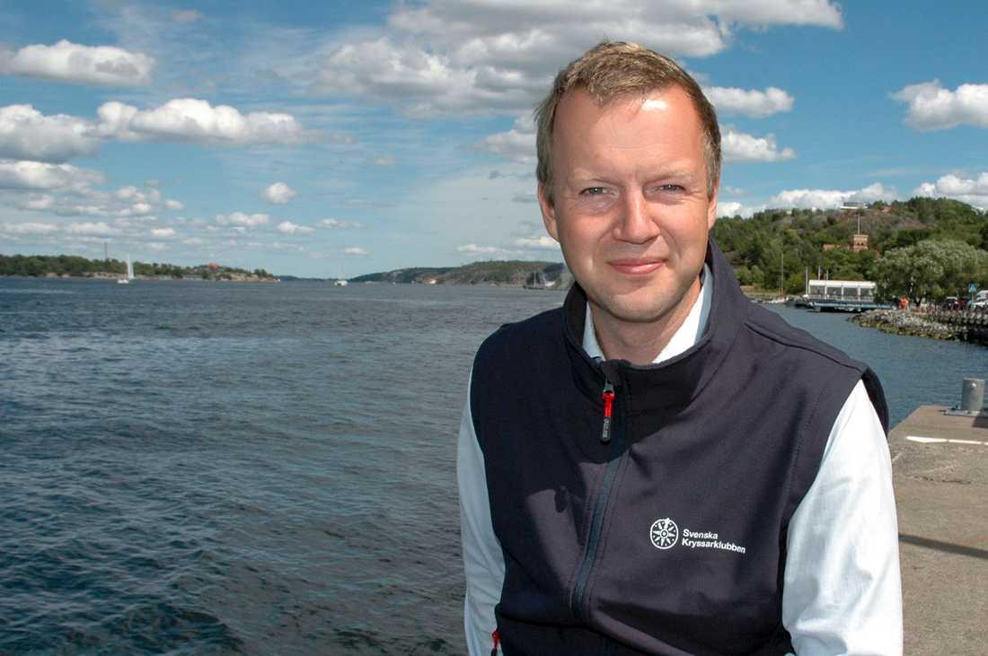 Fredrik Norén, generalsekreterare vid Svenska kryssarklubben, tycker att förslaget om att införa förarbevis på vattenskoter är bra, men att det borde täcka fler farkoster än så.