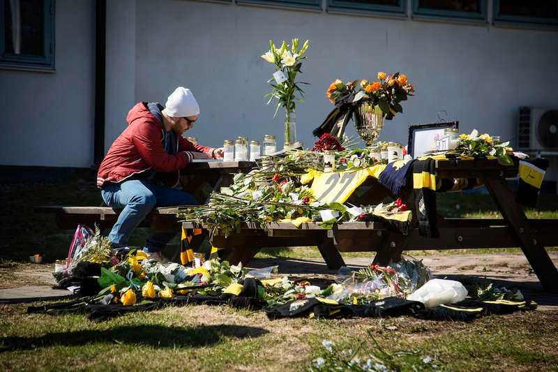 Många kom i går till Karlberg för att sörja. Bordet där Turinas tröja låg fylldes snabbt av blommor, halsdukar och ljus.
