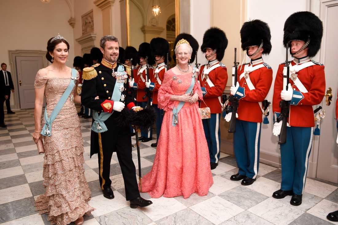 Kronprinsessan och prins Daniel anländer – och Victoria bär en välbekant klänning.