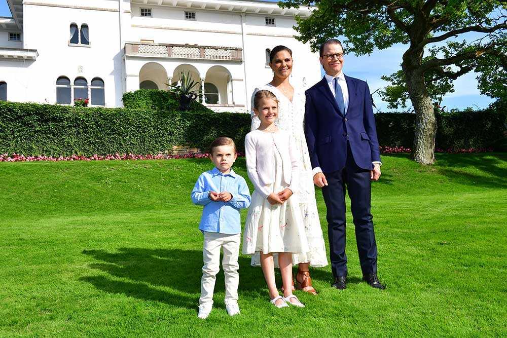 Hovet publicerade nya bilder på kronprinsessfamiljen i samband med Victorias födelsedag. De står utanför Solliden slott och är snart på väg till den tv-sända konserten vid Borgholms slottsruin.
