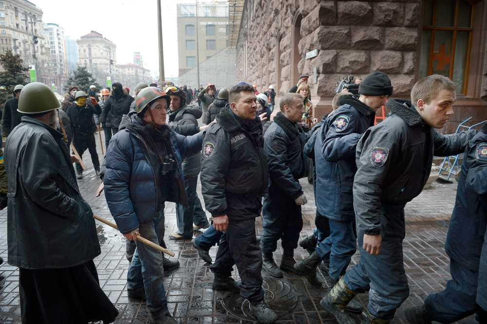 Poliser tillfångatagna av demonstranter