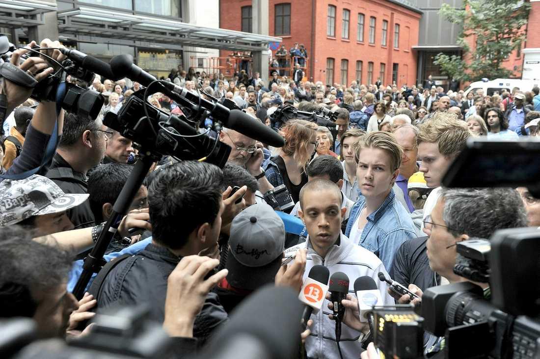 """SKREK UT SITT HAT  Flera tusen personer samlades utanför Oslo tingshus där Anders Behring Breivik häktades. Alexander var en av dem som demonstrerade. """"Vi vill alla här se förrädaren död, eller hur?, skrek han."""