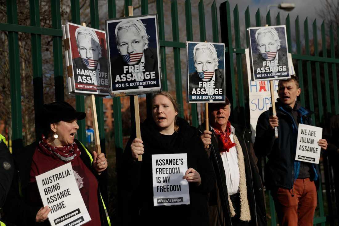 Anhängare till Julian Assange demonstrerar utanför domstolen. Bild från den 25 februari.