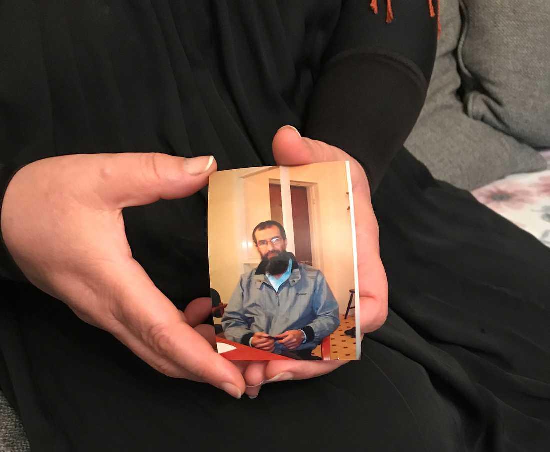 Abu Raads fru med en bild på Abu Raad.
