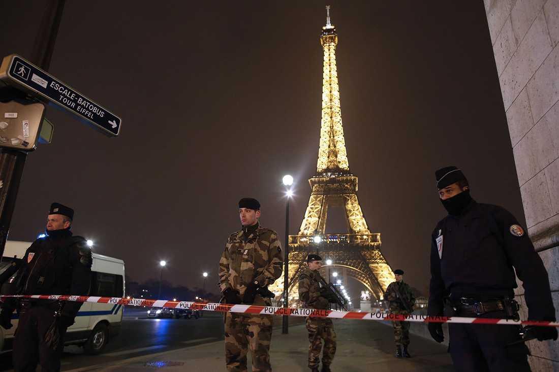 Polis har spärrat av vid Eiffeltornet.