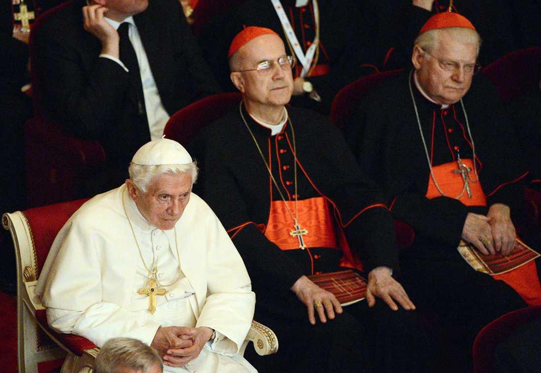 Tarcisio Bertone, till höger om Benedictus XVI.