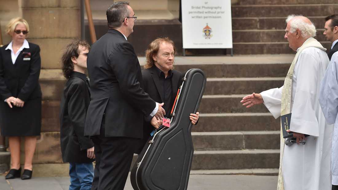 Angus Young med brodern Malcolms gitarr.