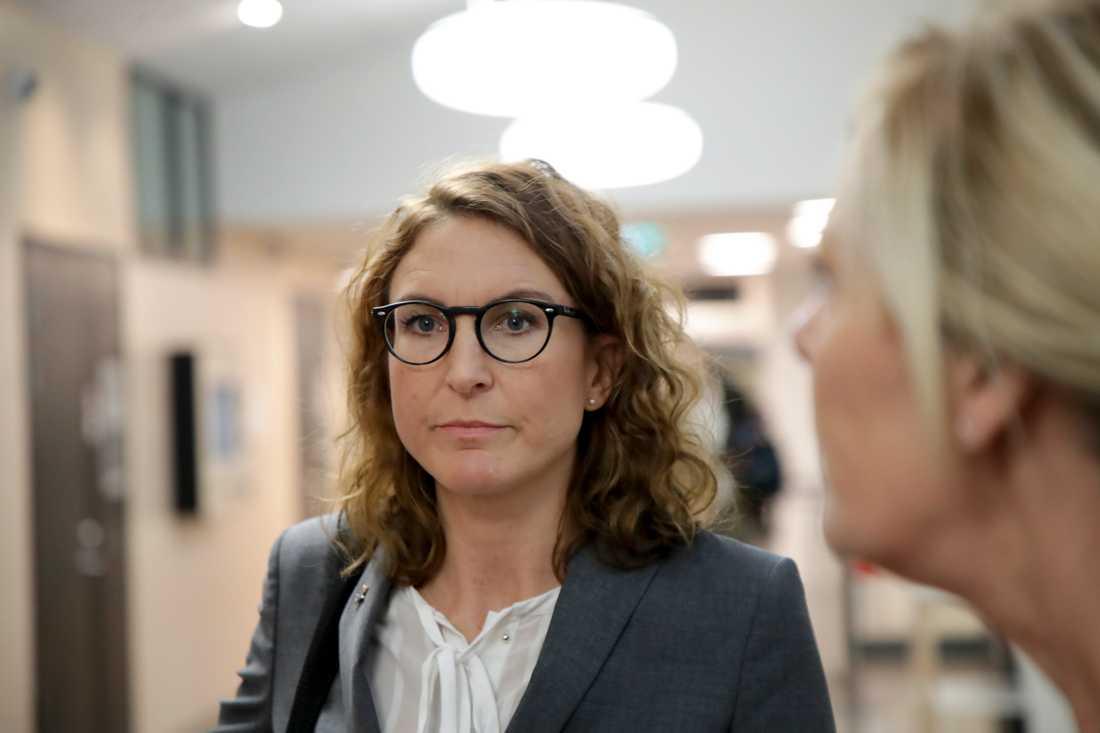 """""""Det som tingsrätten konstaterat är att det förekommer sannolika skäl för misstanke om mord"""", säger vice chefsåklagare Caroline Fransson till journalister på plats efter rättens beslut."""