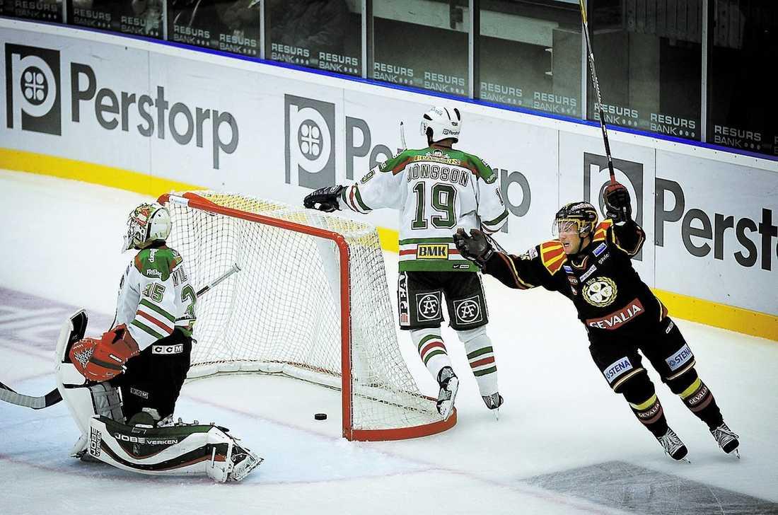 Daniel Widing kvitterar till 3–3 bakom Rögles målvakt Christopher Nihlstorp. Kenny Jönsson deppar bakom målet.